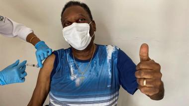 """Pelé recibe la vacuna anticovid y celebra el momento """"inolvidable"""""""