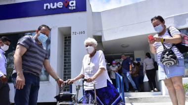 Reportan fallas en vacunación a adultos mayores de 80 en EPS
