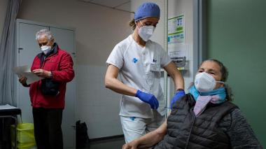 Segunda dosis de vacuna no se necesitaría en aquellos con infección previa