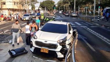 El impactante choque de un carro que terminó en una estación de Transmetro