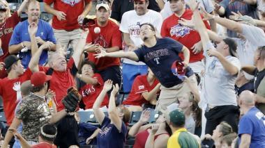 Fanática demanda a Grandes Ligas tras ser golpeada por Foul ball