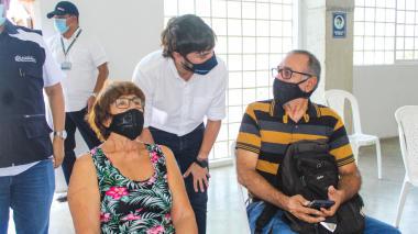 Adultos mayores de 75 años reciben vacuna covid en el Romelio Martínez