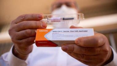 Las 774 mil vacunas de Sinovac irán para la población de 75 a 79 años