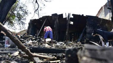 Incendio consumió los muebles de una carpintería en Ciudad Modesto