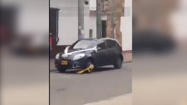 """Por """"mal parqueado"""", tránsito inmovilizó carro de novios mientras se casaban"""