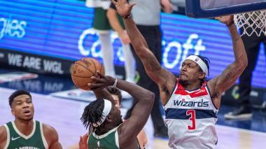 Bucks arrollan sin Antetokounmpo; reservas salvan a Clippers; Rockets ganan