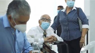 A sus 102 años, el maestro Rafael Campo Miranda fue vacunado contra la covid