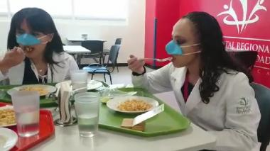 Crean mascarilla que solo cubre la nariz para poder comer