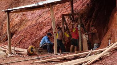 Brindan auxilio temporal a barequeros desalojados de la mina El Alacrán