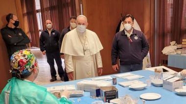 El papa visita a las personas sin hogar que se vacunan en el Vaticano
