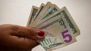 Leve descenso en el dólar