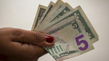 Dolar pierde $6.32
