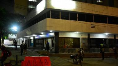 Policía busca identificar a personas que atacaron locales tras marcha