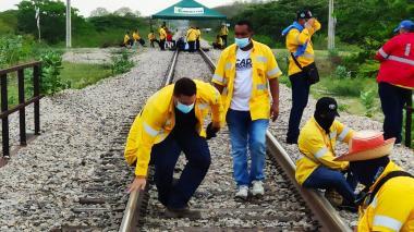 Protesta de extrabajadores de Cerrejón en la vía férrea