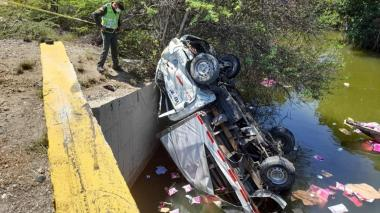 Furgón se accidentó en la Troncal del Caribe