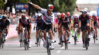 Nizzolo luce en Verona el maillot de campeón de Europa, Bernal el rosa