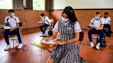 Estudiantes regresan progresivamente a las aulas