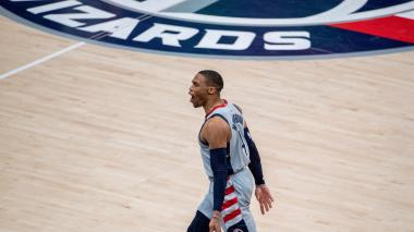 Fanático de los 76ers lanza comida a Russell Westbrook en los Playoffs de la NBA