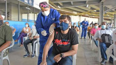Alcalde Pumarejo se vacuna contra la covid-19