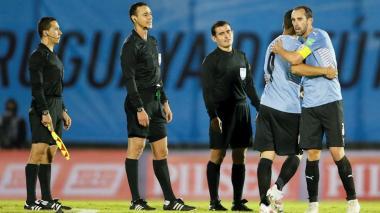 Suspenden a árbitros colombianos por error en el partido Uruguay vs. Paraguay