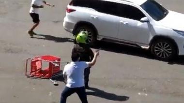 Investigan a policías que permitieron civiles armados en protesta en Cali