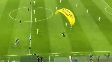 Paracaidista de Greenpeace cayó en medio del partido Francia - Alemania