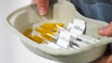 Polémica por decisión de aplicar segunda dosis de Pfizer a las 12 semanas