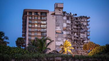 Buscan a seis colombianos residentes del edificio que colapsó en Miami