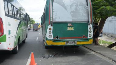 Choque entre una moto y un bus en Soledad: dos mujeres lesionadas