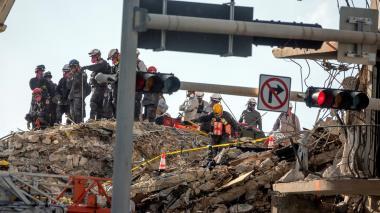 Paran labores de rescate de cuerpos del derrumbe de edificio en Miami-Dade