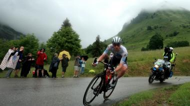 Teuns se impone en la primera etapa alpina y Pogacar aplasta a sus rivales