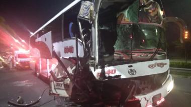 Tres heridos deja choque entre un bus y una volqueta en la Circunvalar