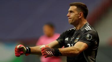 Exarbitro argentina Javier Castrilli asegura que Emiliano Martínez debió del expulsado