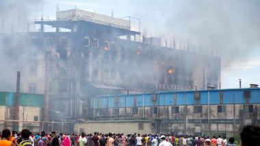 Al menos 52 muertos y 25 heridos en un incendio en una fábrica de Bangladesh