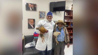 """Adulto mayor """"pagó"""" con dos gallinas a médico por una cirugía"""