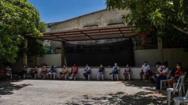 Jóvenes asisten a vacunación masiva en los departamentos