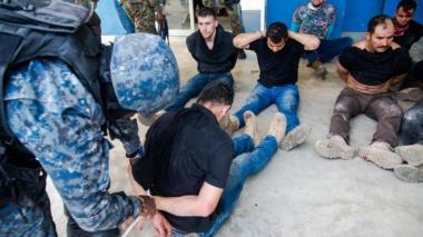 Hacinados y esposados: así se encuentran colombianos presos en Haití