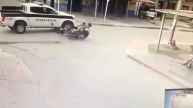 Patrulla de la Policía se voló la escuadra y arrolló una moto en Ciénaga