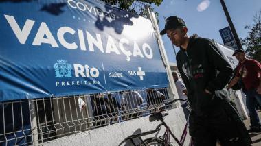 El promedio de casos de covid en Brasil cae a su menor nivel en nueve meses