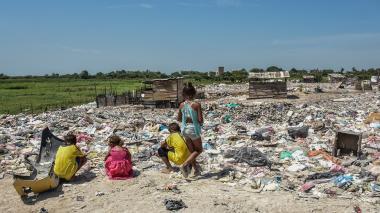 Mujeres regalan comida a niños de escasos recursos en Soledad