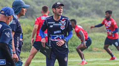 Arturo Reyes dirigió su primera práctica con Junior