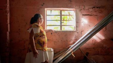 El periplo de una mujer desplazada por la violencia para regresar a su tierra