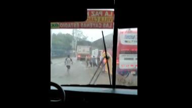 Roban bajo la lluvia el equipaje de un bus en Simón Bolívar