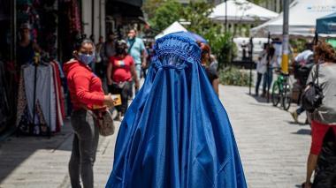 Medellín se paralizó al ver transitar por sus calles a una mujer con burka