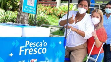 Mujeres reciben carritos para vender sus pescados