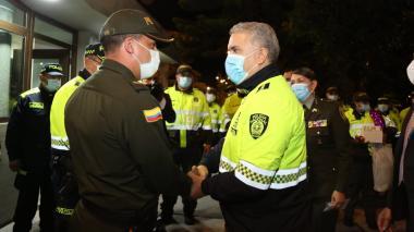 Presidente Iván Duque se vistió de Policía y visitó varios CAI en Bogotá