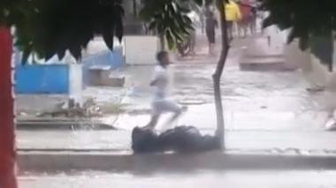 Pandillas pelean bajo la lluvia en Ciudadela 20 de Julio