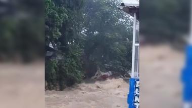 Bus es arrastrado por arroyo en Los Cedros, Soledad