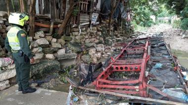 Desvalijan bus que había sido arrastrado por arroyo en Los Cedros