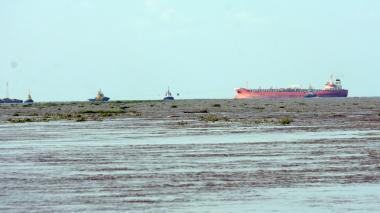 Investigan causas del encallamiento de embarcación